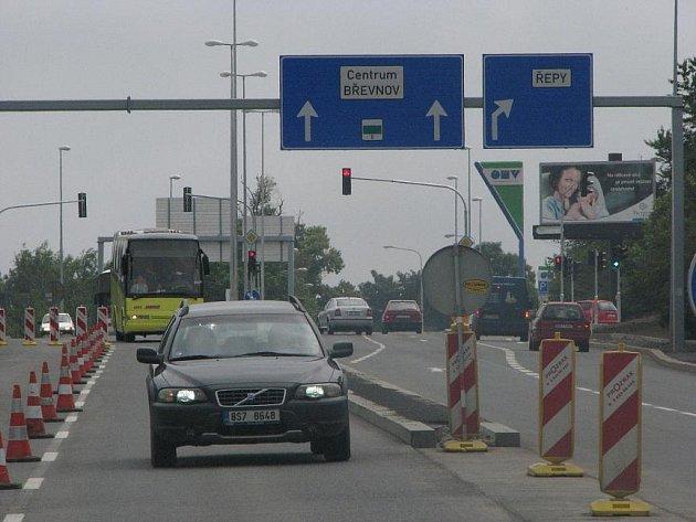 Díky rozšířené Karlovarské je tak nyní lépe napojena na Prahu rychlostní komunikace R6 ve směru z Karlových Varů a Německa.