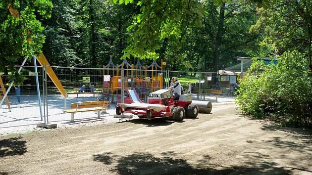 U hřiště Vozovna ve Stromovce klíčí nový trávník.