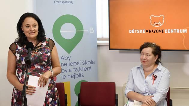 Zora Dušková, Veronika Andrtová - Zleva ředitelka centra Zora Dušková a její zástupkyně Veronika Andrtová vystoupily 31. července 2020 v Praze na tiskové konferenci Dětského krizového centra k představení aktuální statistiky domácího násilí na dětech v do