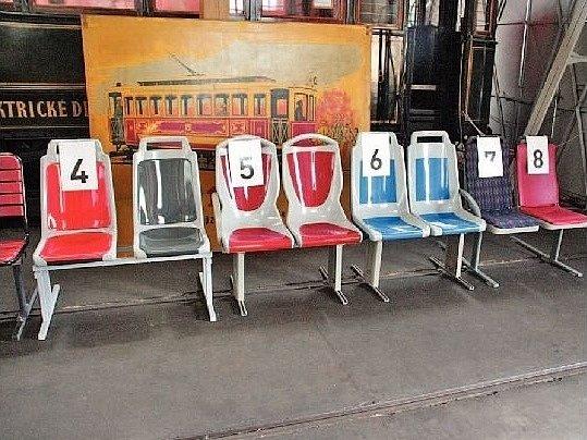 Plastové židličky u veřejnosti vítězí