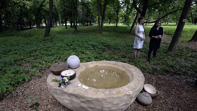 První hřbitov bez náhrobků s názvem Les vzpomínek byl otevřen v úterý 2. června 2015 v areálu Ďáblického hřbitova v Praze. Na snímku jsou spoluautorky projektu ze sdružení Ke kořenům Monika Suchánska (vpravo) a Blanka Dobešová.