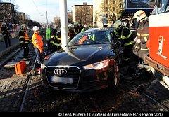 Na Poděbradské ulici se tramvaj srazila s autem