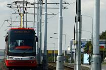 ZKUŠEBNÍ JÍZDA. Cestující by měla nová tramvaj svézt až na konci roku.