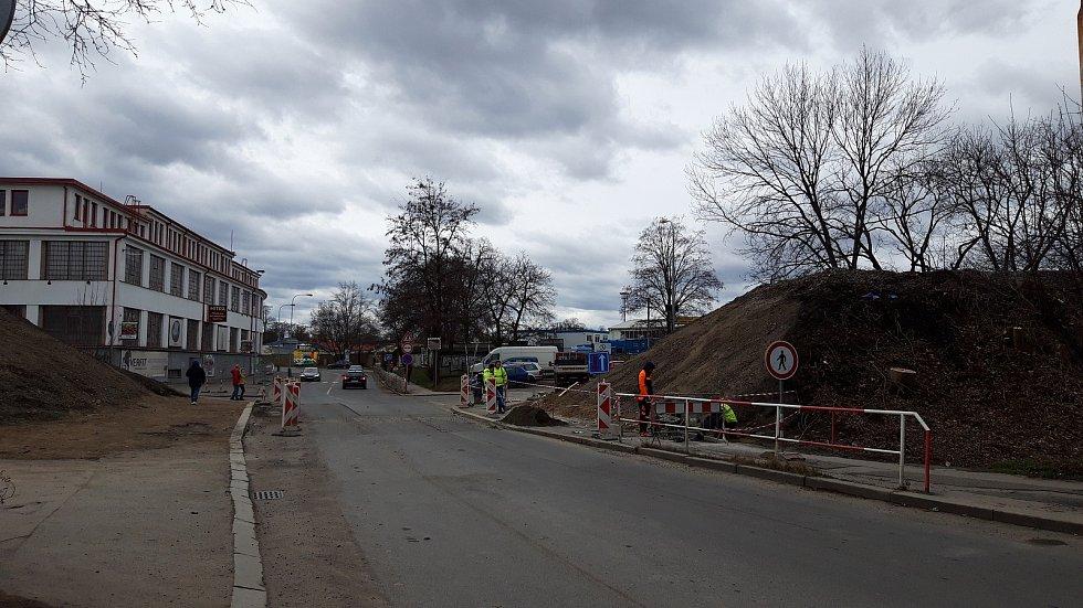"""V prosinci 2020 byl ukončen provoz nádraží v Praze 10-Strašnicích, jehož oficiální název byl """"Praha-Strašnice zastávka""""."""
