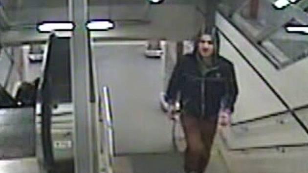 Pravděpodobný pachatel pokusu znásilnění zachycen na bezpečnostních kamerách v pražském metru.