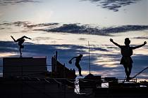Představení Andersenovy pohádky Pastýřka a kominíček 25. srpna 2020 na střechách pražské Lucerny.