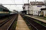 PŘEKÁŽÍ. Budova nádraží Vysočany nevyhovuje svým umístěním. Pro chystanou rekonstrukci nádraží se uvažuje o jejím zbourání. Nahradil by ji modernější a menší odbavovací prostor.