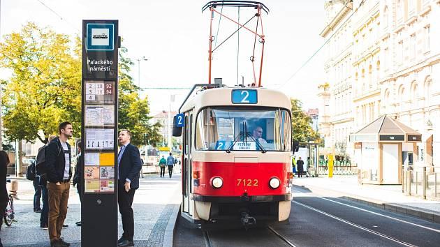 Praha testuje na Palackého náměstí nový zastávkový označník.