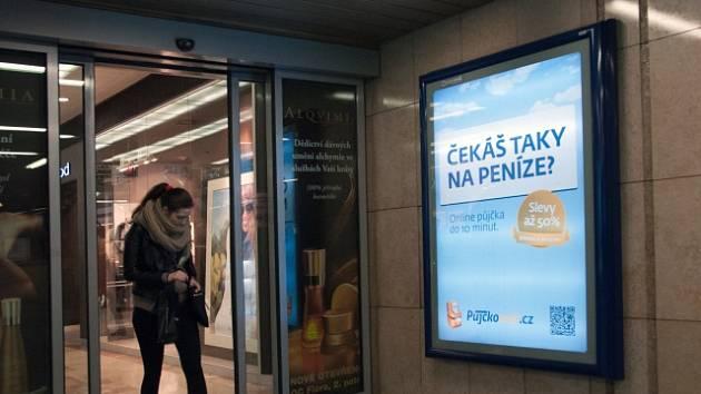 Osvětlený reklamní panel v metru.