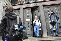Na jinak liduprázdných chodbách magistrátu ani v okolí budovy nebylo dopoledne k vidění cokoli mimořádného nebo neobvyklého, pokud si odmyslíme hemžení reportérů.