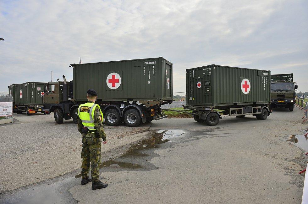 Příprava provizorní nemocnice pro 500 pacientů, která má kvůli koronaviru vyrůst v areálu letňanského výstaviště v Praze.