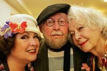 Stá repríza představení hry držitele Pulitzerovy ceny Johna Patrika Manžel pro Opalu s Lubomírem Lipským, Květou Fialovou a Naďou Konvalinkovou se uskutečnila ve čtvrtek 24. května 2012 v Divadle u Valšů v Praze.