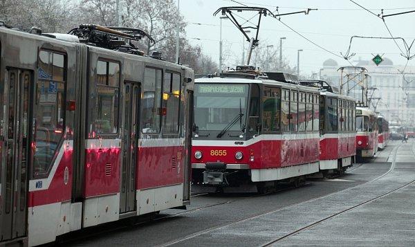 Namrzající déšť způsobil dopravní komplikace nejen vPraze, ale na téměř celém území České republiky.