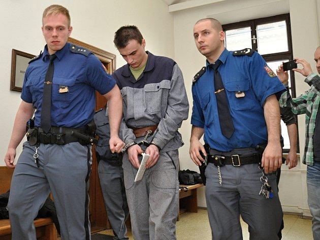 Před Krajským soudem v Praze se zpovídal z vraždy obžalovaný 23letý Josef Novák z Brandýsa nad Labem, který 2. května 2014 při ujíždění před policejní hlídkou srazil u Kostelce nad Labem policistku. Ta následkům zranění podlehla.
