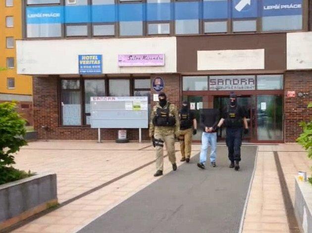 Recidivistu, kterého podezřívají ze dvou loupežných přepadení spáchaných se zbraní v ruce, dopadli kriminalisté III. obvodu pražské policie.