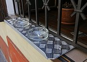Kouření před restauracemi - popelníky v okně v hostinci U Jelínků na Praze 1,kouření před Sport barem na Praze 1,