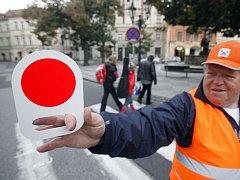 ČERVENÁ! Přechod na Uhelném trhu v Praze 1 už několik dnů hlídají a řídí dobrovolníci.