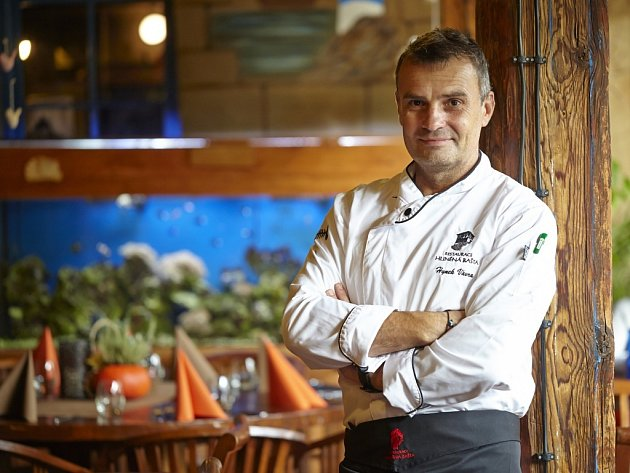 Šéfkuchař a majitel restaurace Hliněná bašta v Průhonicích Hynek Vávra.