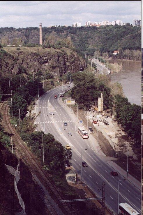 Povodně z roku 2002 v Praze. Na fotce je silnice do Roztok, než se Vltava vylila z břehů.