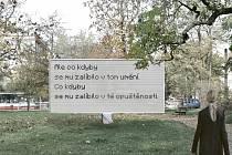 Odkaz uměleckého páru Jiřina Hauková – Jindřich Chalupecký připomene v parku ve Vršovicích takzvaný hybridní billboard, který bude kombinací citátů básnířky a teoretika umění vytvářet zcela nové texty.