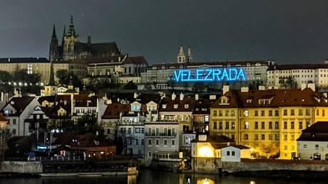 Nápis na Pražském hradě má na svědomí organizace Zastavme velezradu.
