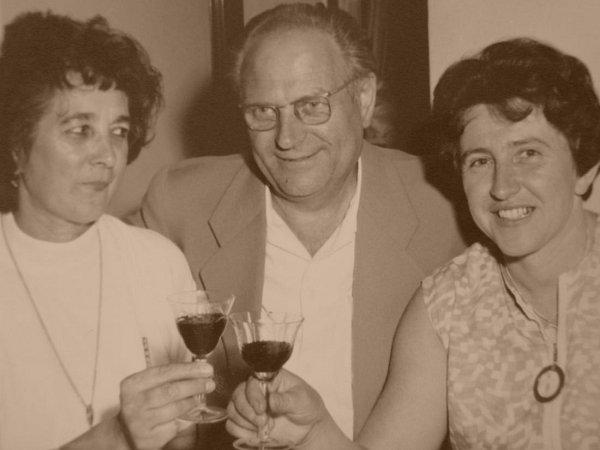 """Spřáteli na víně. """"Sředitelem domova důchodců Talpou a jeho ženou Miládkou (vlevo) jsme strávili spoustu krásných chvil. Aikdyž byli oba straníci, opolitice jsme se nikdy nebavili."""""""