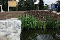 Na ploše 2,5 ha a na místě černé skládky kolem Říčanského potoka v Praze-Dubči byl 30. sprna otevřen nový park.
