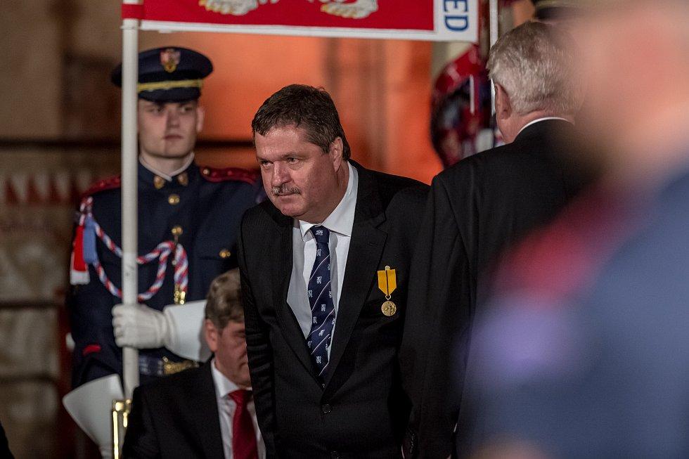Předávání státních vyznamenání dne 28. října na Hradě.