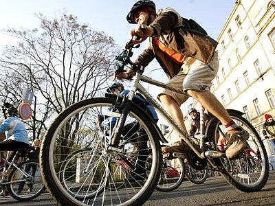 PRAHOU NA KOLE. Zlepšení podmínek cyklistů v metropoli, to je program tradičních čtvrtečních cyklojízd.