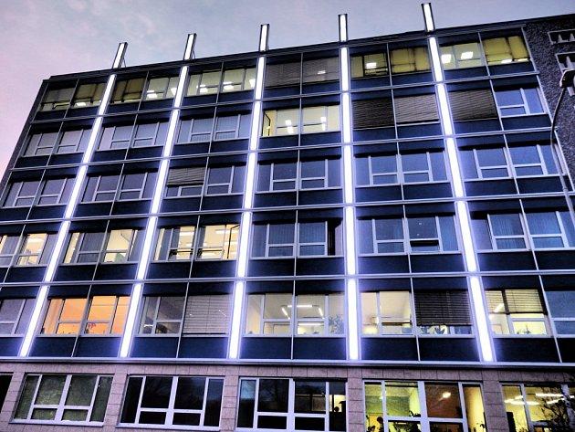 Světelná fasáda budovy Fakulty elektrotechnické ČVUT v pražských Dejvicích.