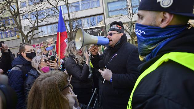 Poslanec Lubomír Volný, který prosazuje v léčbe covidu lék ivermektin, se zúčastnil demonstrace na Václavském náměstí v Praze.
