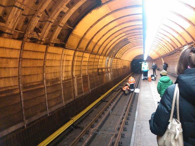 Pád člověka do kolejiště v metru ve stanici Jinonice.