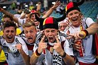 Němečtí fanoušci slaví. Gólem Kroose z 95. minuty porazili Němci Švédsko 2:1.