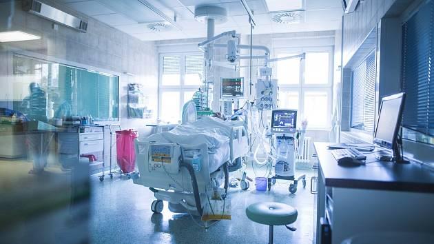 Péče o pacienta s infekční virózou covid-19. Ilustrační foto.