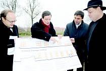 Ředitel Úřadu Regionální rady regionu soudržnosti Střední Čechy Tomáš Novotný, předseda Regionální rady David Rath a starosta Hostivic Jaroslav Kratochvíl (vpravo) si prohlíželi plán přístavby Základní školy v Hostivici.
