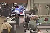 Kávovar zloděj ukradl v obchodním centru Flora