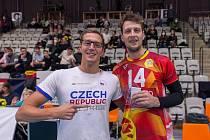 Patron zápasu Lvů s Duklou Jan Micka (vlevo) a jeho MVP Matej Mihajlović.
