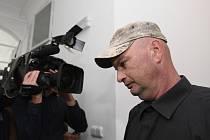 Radek Mansfeld přichází 12. srpna 2019 k jednání u Obvodního pro Prahu 1.
