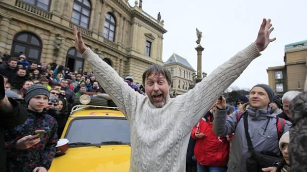 Cestovatel Dan Přibáň se znovu vydá na cesty. Svou pouť symbolicky zahájil před Rudolfinem