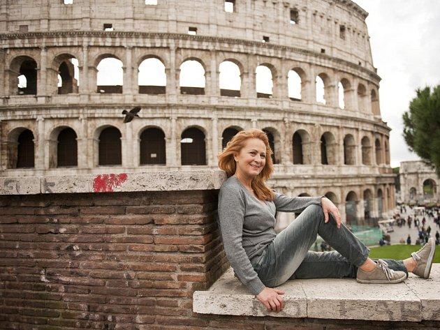 Herečka Simona Stašová u Kolosea v Římě.