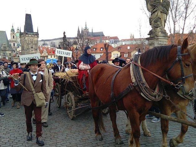 Slavnostním průvodem přes Karlův most zakončili Velvarští svoje čtyřicetikilometrové putování do hlavního města.