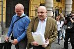 Volný odcházel od Městského soudu v Praze Antonín Saleta, poslední z obžalovaných v kauze 154milionové loupeže století z roku 2002. Soud ho zprostil obžaloby - prozatím nepravomocně - pro nedostatek důkazů. Na snímku s obhájcem Jaroslavem Ortmanem.