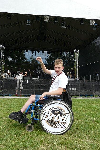ROCK FOR PEOPLE si Ondra užil stylově. Na tento a další festivaly mu kola vozíku ručně zdobí jeho otec.