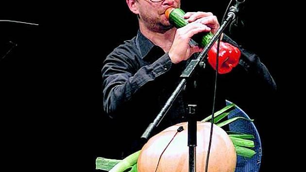 HRACÍ ZELENINA. Jeden z členů zeleninového orchestru a jeho okurkovo-papriková trumpeta.
