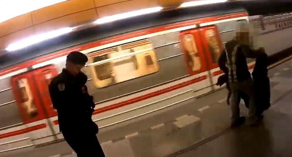 Muž s agresivním psem v metru.
