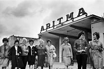 VSTŘÍC LEPŠÍM ZÍTŘKŮM. U příležitosti hrdinného letu první ženy do vesmíru se zaměstnankyně závodu Artima Vokovice pojmenovaly svůj kolektiv právě po ní. Na snímku jsou tedy Členky kolektivu Valentiny Těreškovové před budovou Artimy dne 22. června 1963.