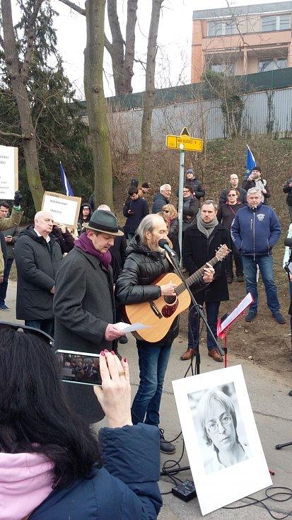 Promenáda Anny Politkovské na okraji Stromovky.