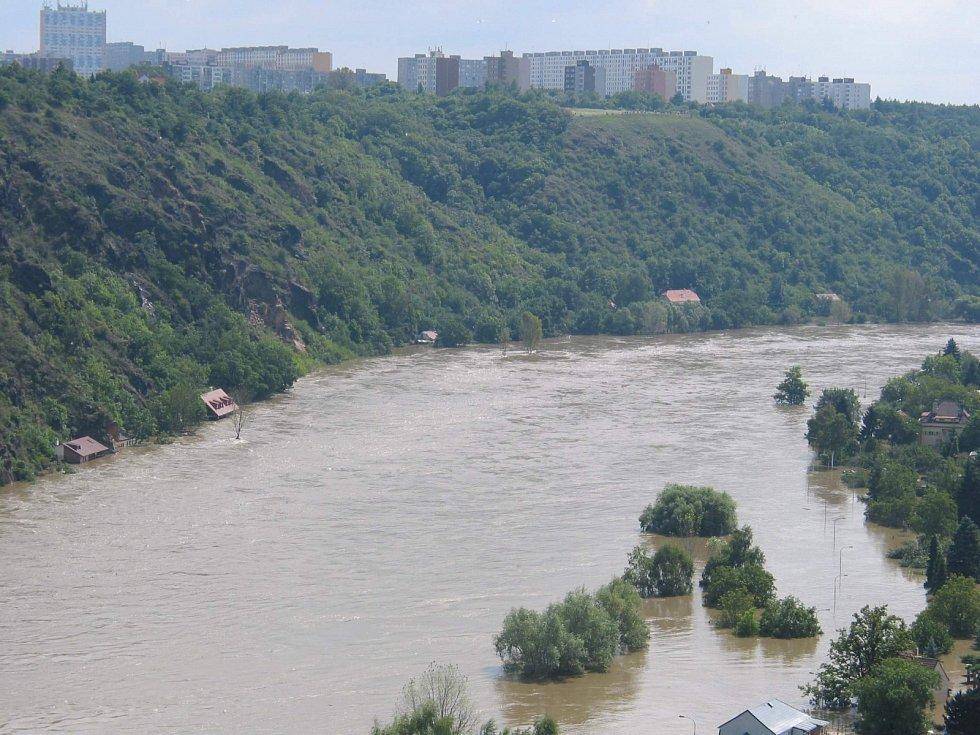 Povodně z roku 2002 v metropoli. Nad rozvodněnou Vltavou ční Bohnice.