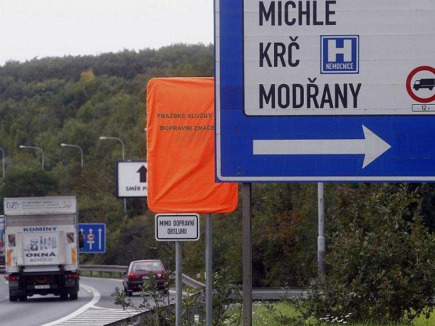 Zakrytá dopravní značka se zákazem vjezdu nákladních automobilů od 12 tun na Jižní spojce v Praze- Krči