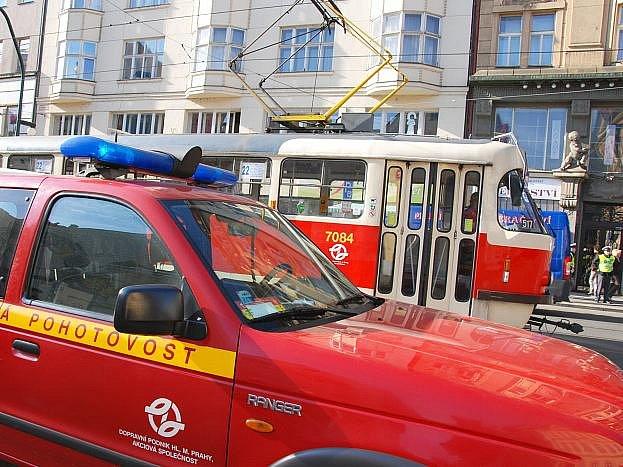 Hotová vozová hradba z tramvají se po včerejší 15. hodině vytvořila na pražské Národní třídě ve směru do centra metropole. Příčinou byla porouchaná souprava linky číslo 22 na úrovni Mikulandské.